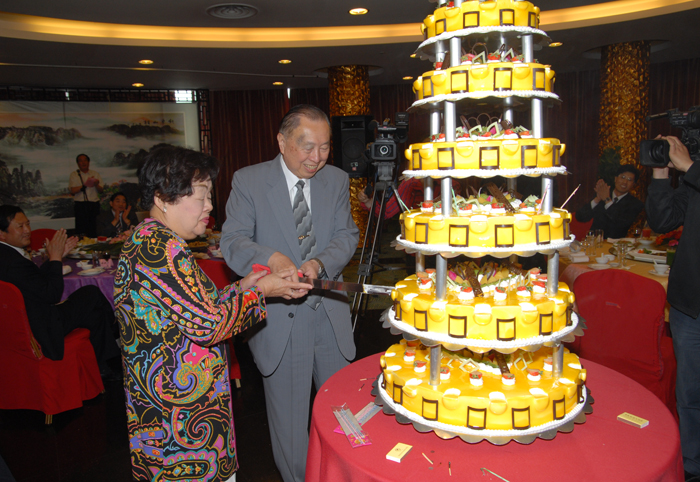 The signing day of Dadong's relocation and expansion project coincided with the 80th birthday of President Wu Wengui and the anniversary of Dadong's opening. Three happy occasions made the president and his wife smile.